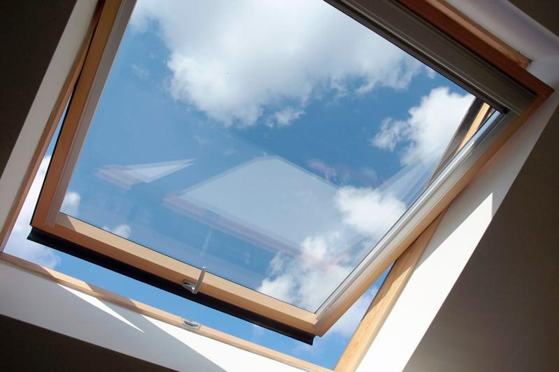 ventana de aluminio en el techo de una habitación